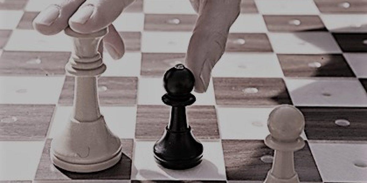 DP. Madrid (C. A. Madrid). 10/03/10.- Tablero y fichas de ajedrez con manos. Lugar: Sede Dirección Comunicación e Imagen - C/ Almansa. FOTO: 4014 Ref.:LOC-10 (Rep:198) [Todos] ONCE/Javier Regueros/Lola Alejandre